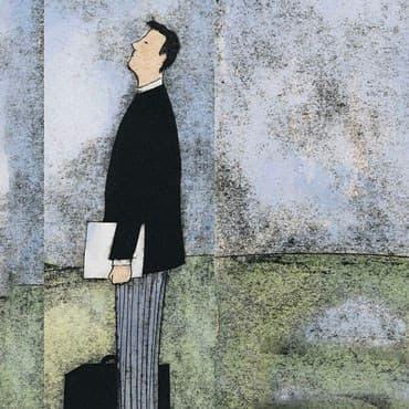Een man in de natuur met papieren onder de arm, op weg naar de teambuilding met collega's