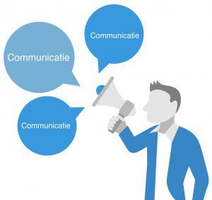 Leidinggevende roept door de megafoon: communicatie, communicatie, communicatie