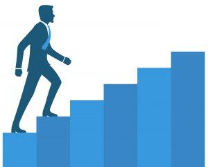 Een directeur loopt de trap op, naar een volgend niveau in de carrière