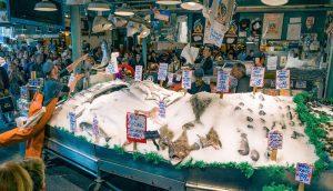 Viskraam met vele soorten onbekende vis, schaal- en schelpdieren